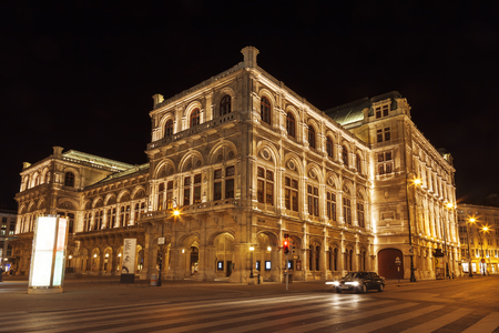 View of Vienna State Opera House (Staatsoper) at night 免版税图像