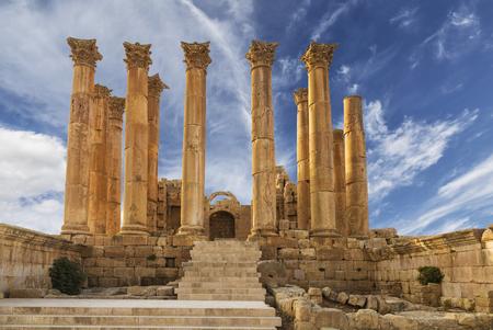 Tempel van Artemis in de oude Romeinse stad Gerasa bij de zonsondergang, vooraf ingestelde dag Jerash, Jordanië