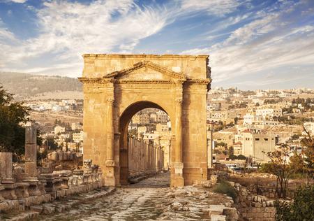 templo romano: Puerta Norte, antigua ciudad romana de Gerasa de la Antigüedad, moderna Jerash, Jordania Foto de archivo