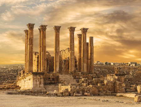 Tempio di Artemide nell'antica città romana di Gerasa al tramonto, pre-giornata Jerash, Giordania Archivio Fotografico - 70815485