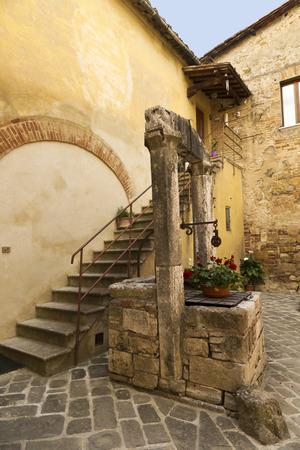 san quirico: Ancient water well in Courtyard, Italian City of San Quirico dOrcia
