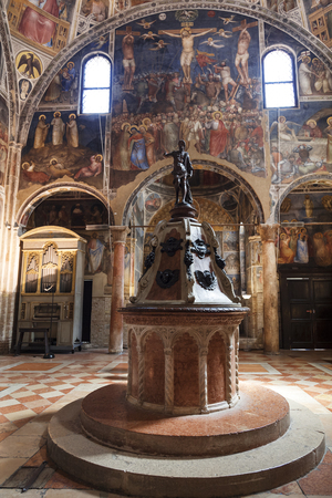 pila bautismal: El interior del baptisterio dedicado a San Juan Bautista con una fuente bautismal en el centro. Padua, Italia Editorial