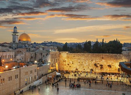 De Klaagmuur en de Koepel van de Rots in de oude stad Jeruzalem bij zonsondergang, Israël