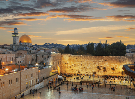 The wailing Wall and the Dome of the Rock in the Old city of Jerusalem at sunset, Israel Imagens