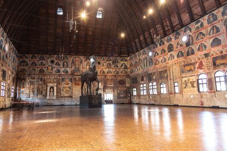 Il Palazzo della Ragione con una scultura lignea di un cavallo (il cavallo di Troia), eseguito nel 1466. Padova, Italia Editoriali