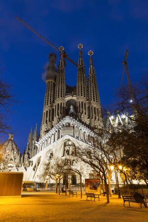 Vista de la Sagrada Familia por la noche, Barcelona, Cataluña, España