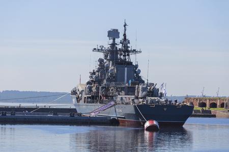"""Destroyer """"Restless"""" à l'embarcadère avec Kronstadt. Exposition du complexe militaro-historique du district militaire de l'Ouest, Saint-Pétersbourg, Russie"""