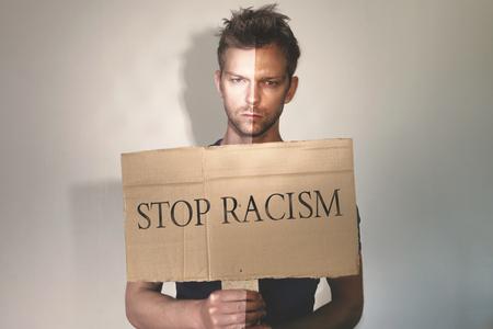 racismo: Hombre parada racismo