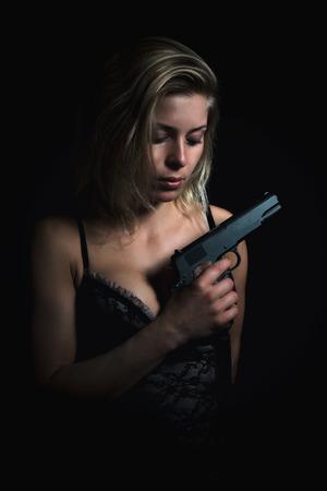 militaire sexy: Femme tenant un pistolet