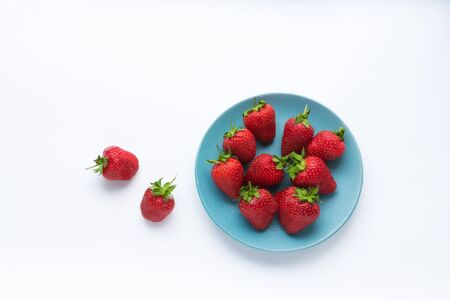 fresh strawberries in a bowl on the table. summer fruits and berries. Delicious breakfast. Healthy food. Vitamins. Vegetarian food. Diet. white background. Banco de Imagens