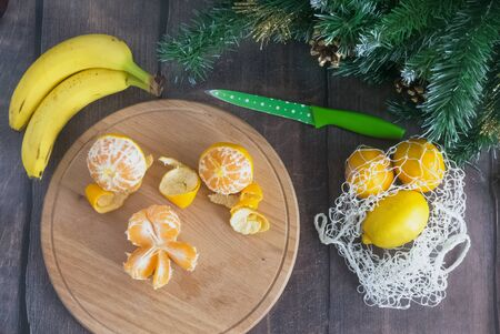 How to make an edible Christmas tree with children. Tutorial, step by step. Cooking with children Christmas tree of tangerines and banana. Christmas instruction. Step 2 of 7 Foto de archivo - 133816760