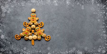 Delicious Christmas gingerbread men.Christmas baking ingredients and supplies on dark background.Postcard. Congratulation.Cooking. Christmas minimalism.banner. copy space Foto de archivo - 132809529
