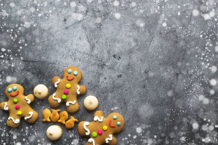 Delicious Christmas gingerbread men.Christmas baking ingredients and supplies on dark background.Postcard. Congratulation.festive garland.Christmas minimalism.Christmas cookie man.copy space with text Foto de archivo - 132809654