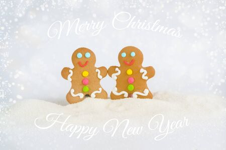 Christmas gingerbread men on the background of snow Foto de archivo - 133816824