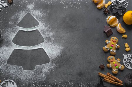 Christmas tree made from flour on a table with cookies, anise and cinnamon Foto de archivo - 133816830