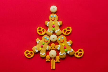 Delicious Christmas gingerbread men in the form of a Christmas tree. Foto de archivo - 133816835