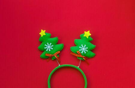 Christmas headband in the shape of funny Christmas trees. Foto de archivo - 133816837