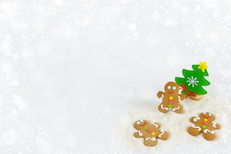 Christmas gingerbread men on the background of snow Foto de archivo - 133816838