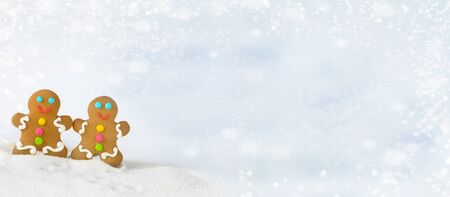Christmas gingerbread men on the background of snow.banner Foto de archivo - 133816846
