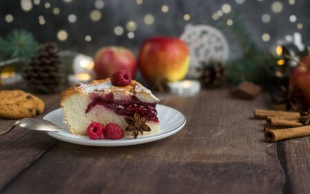 Delicious Christmas raspberry pie with berry filling and icing sugar and spices on a dark background. Foto de archivo - 133816849