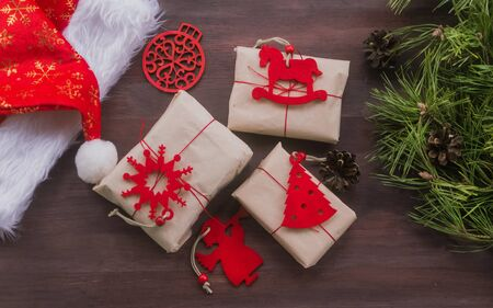 Zero waste Christmas , concept. Handmade gifts made of Kraft paper, thread and natural red felt.Surprise.Without plastic. DIY. Instruction Foto de archivo - 135468622