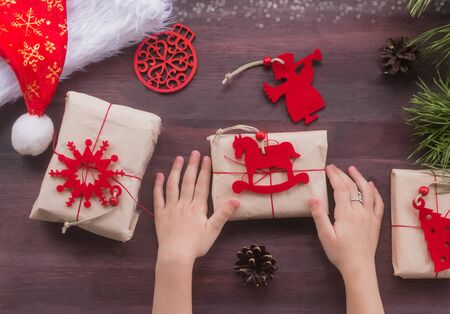 Zero waste Christmas , concept. Handmade gifts made of Kraft paper, thread and natural red felt.Surprise.Without plastic. DIY. Instruction Foto de archivo - 135468626