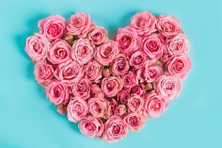 Valentine's day heart of delicate pink roses on a blue background.Holiday card, greeting I love you, calendar, banner for the store sales.Spring wreath of flowers a gift to your loved ones. March 8 Foto de archivo - 136431884