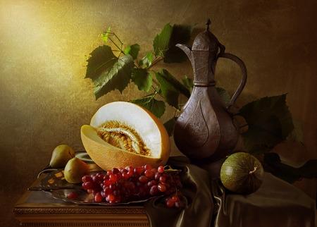 Natura morta con uva melone e antica arte brocca