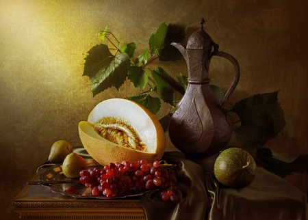 Nature morte avec des raisins de melon et de l'art de cruche ancienne