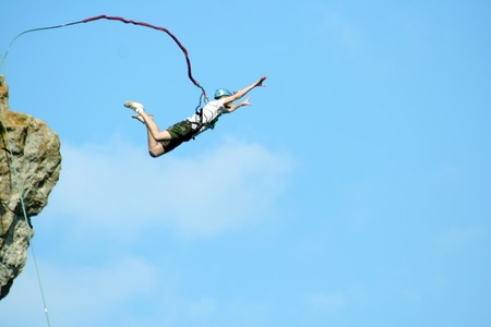 ロープと崖から飛び降りる。