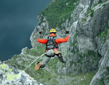 caida libre: Saltar de un acantilado con una cuerda. Foto de archivo