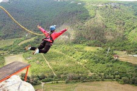 saltar la cuerda: Saltar de un acantilado con una cuerda. Foto de archivo