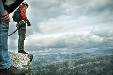 bungee jumping: Saltar de un acantilado con una cuerda, monta�a, mar, naturaleza,