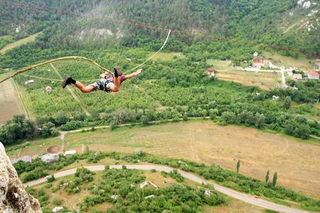 bungee jumping: Saltar de un acantilado con una cuerda. Foto de archivo