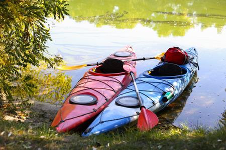 ocean kayak: Kayaks de colores en la playa tropical