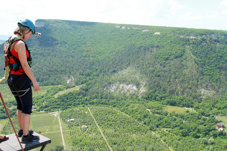 caida libre: Saltar con una cuerda desde el acantilado. Foto de archivo