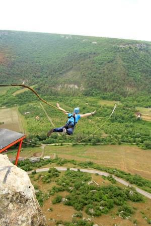 caida libre: Saltar la cuerda con una piedra.