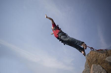 caida libre: Saltar de un acantilado en el abismo.