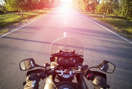 Reizen op een motorfiets op de bergwegen.