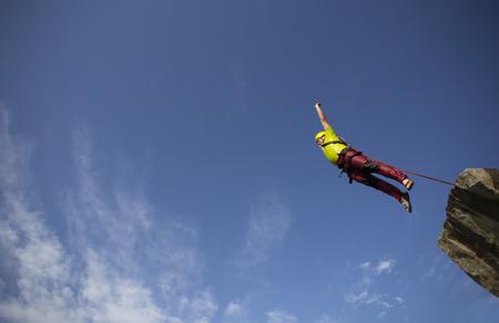 caida libre: Saltar de un acantilado en un cañón con una cuerda.