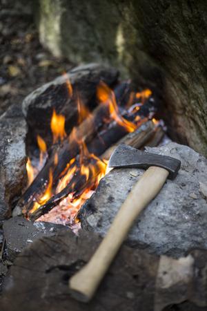 comiendo pan: Prepara el desayuno en una fogata en un campamento de verano.