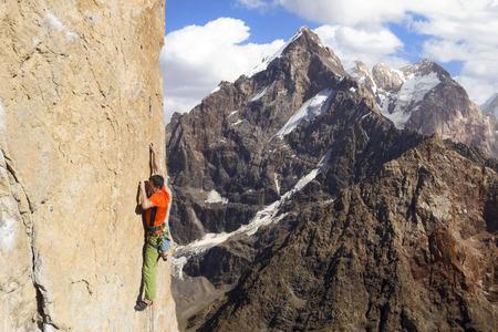 Grimpeur d'escalader le mur. Banque d'images