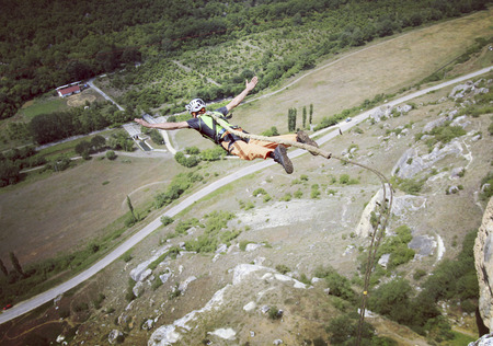 caida libre: Jump off a cliff into a canyon with a rope.