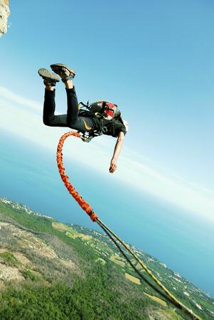 Een man springt van een klif in de afgrond.