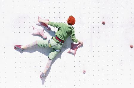 L'alpinista si allena sul simulatore sulla strada. Archivio Fotografico - 92064829