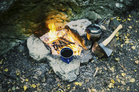 Camping in the forest. Preparation of breakfast at the stake. Banque d'images
