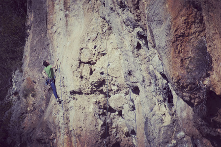 Rock-climbing in Turkey. The climber climbs on the route. Photo from the top. Standard-Bild