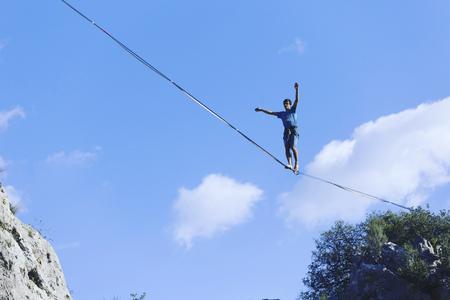 空を一線を歩きなさい。アンタルヤのトルコハイラインカーニバル。 写真素材