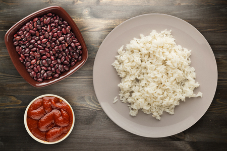 white rice on a plate. rice on a wooden background top view .Asian healthy food 免版税图像
