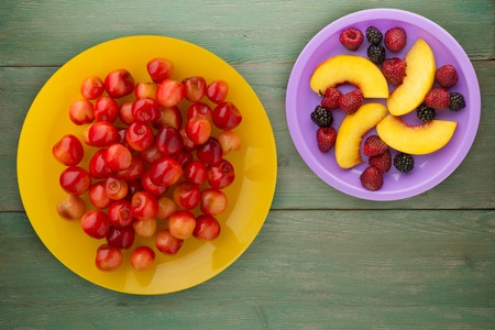 sweet cherry on a plate. sweet cherry on a wooden background. healthy vegetarian food. Foto de archivo